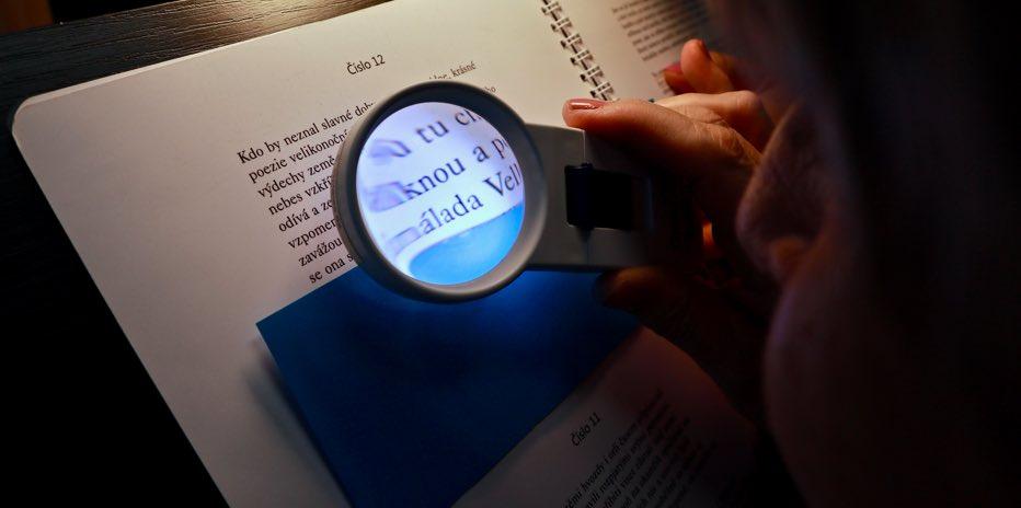 Fotka lupy nad dokumentem