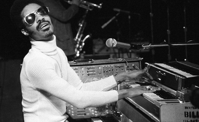 Fotka Steveho Wondera hrající na piáno