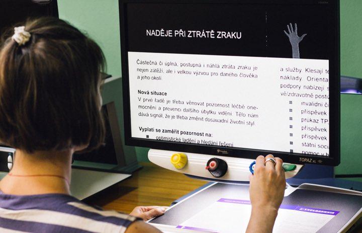 Fotka práce s obrazovkou pro slabozraké