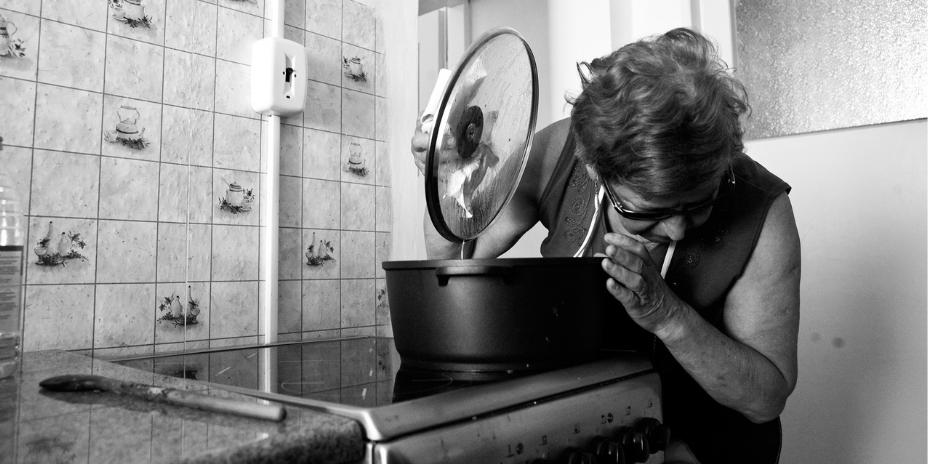 Nevidomá žena vaří
