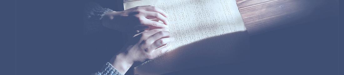 Úvodní fotka - ruce čtou z braillova písma